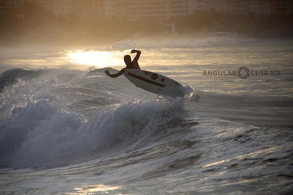 Ronda de calentamiento previo a la competencia Surf Open Ixtapa Zihuatanejo, 2018 playa escolleras