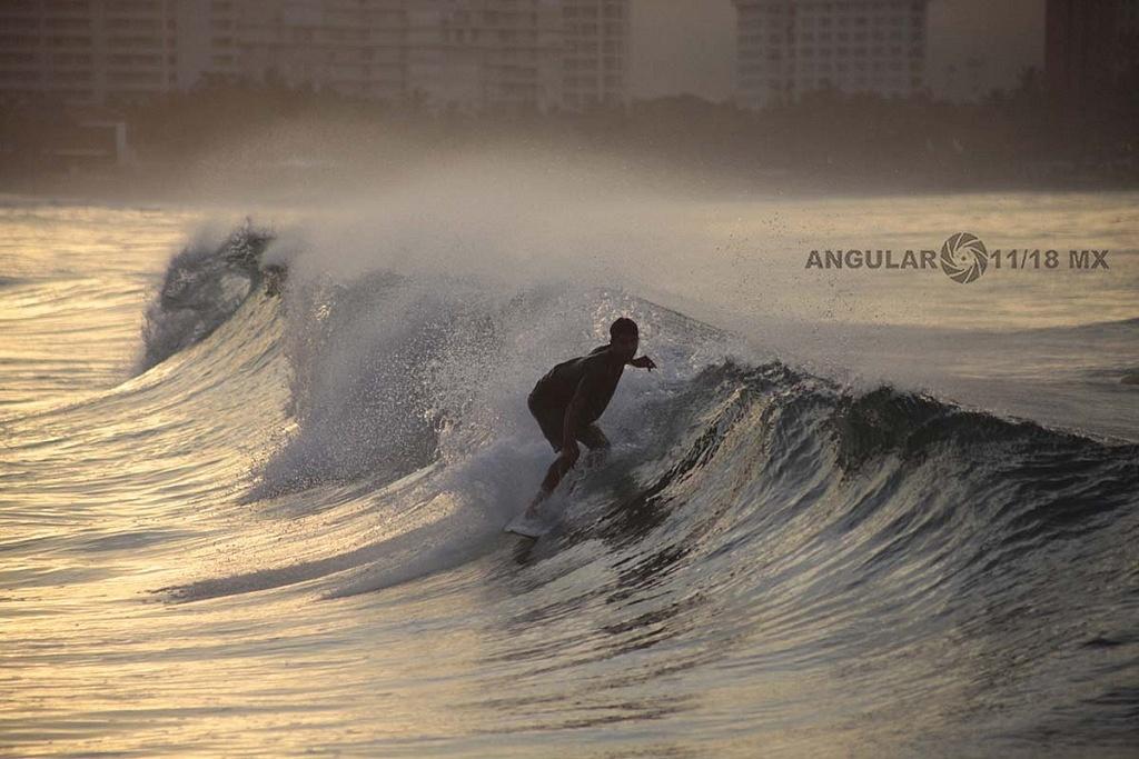 Ronda de calentamiento previo a la competencia Surf Open Ixtapa Zihuatanejo 2018 playa escolleras