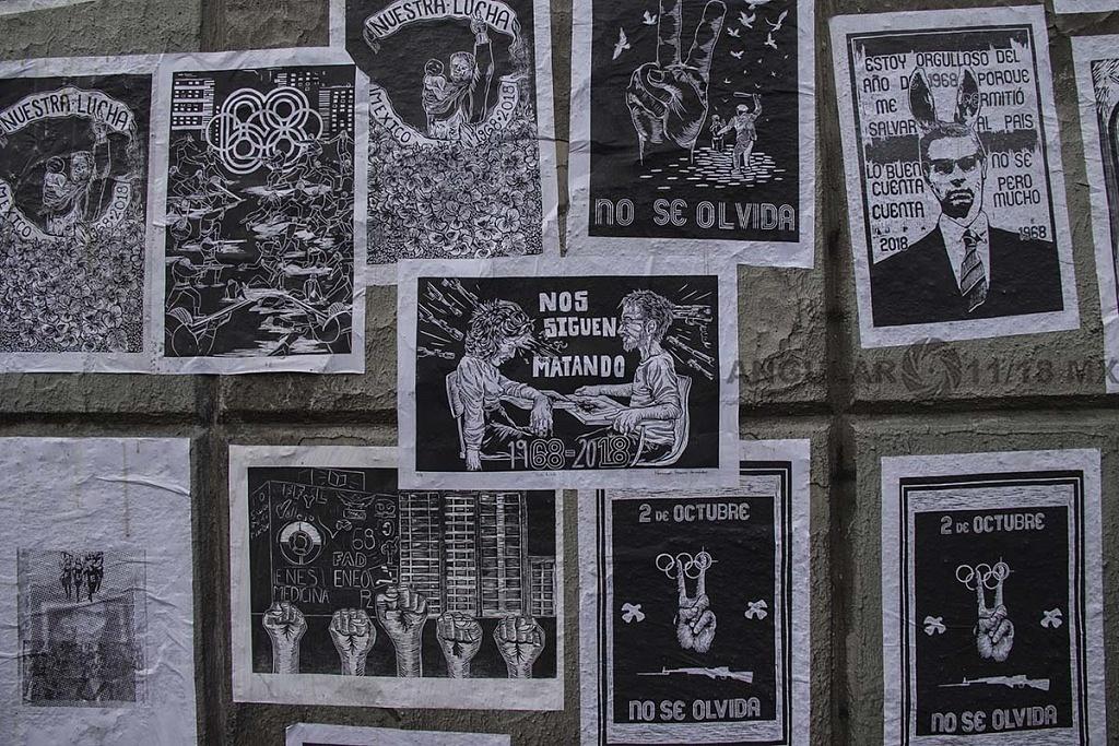 carteles con motivo de la marcha del 2 de octubre conmemorando la trajedia de tlateloco donde asesinaron a estudiantes en 1968