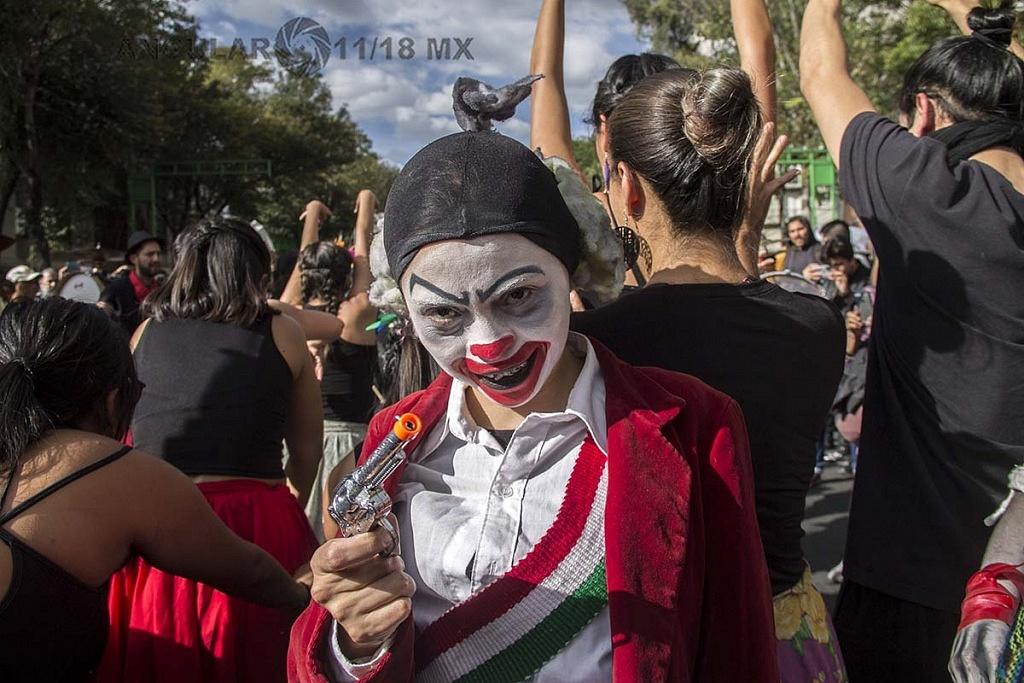 estudiante maquillada durante la marcha conmemorativa del 2 de octubre de 1968