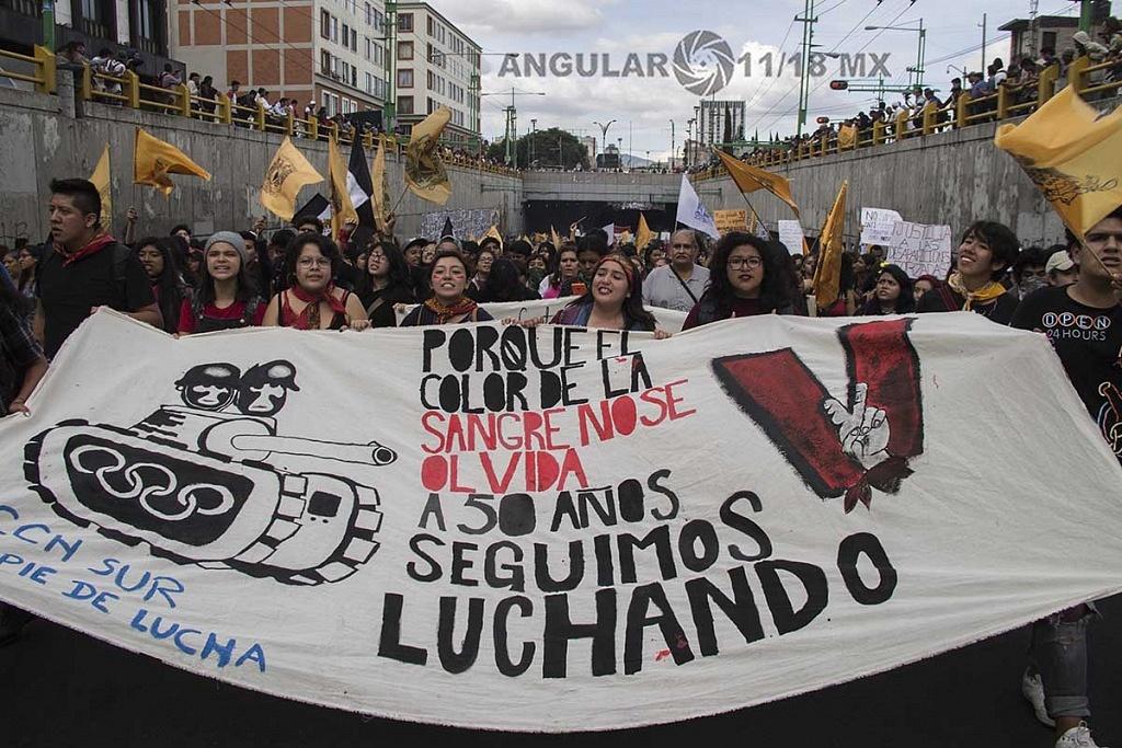 estudiantes de la UNAM en la marcha conmemorativa de la masacre a estudiantes el 2 de octubre en tlateloco de 1968