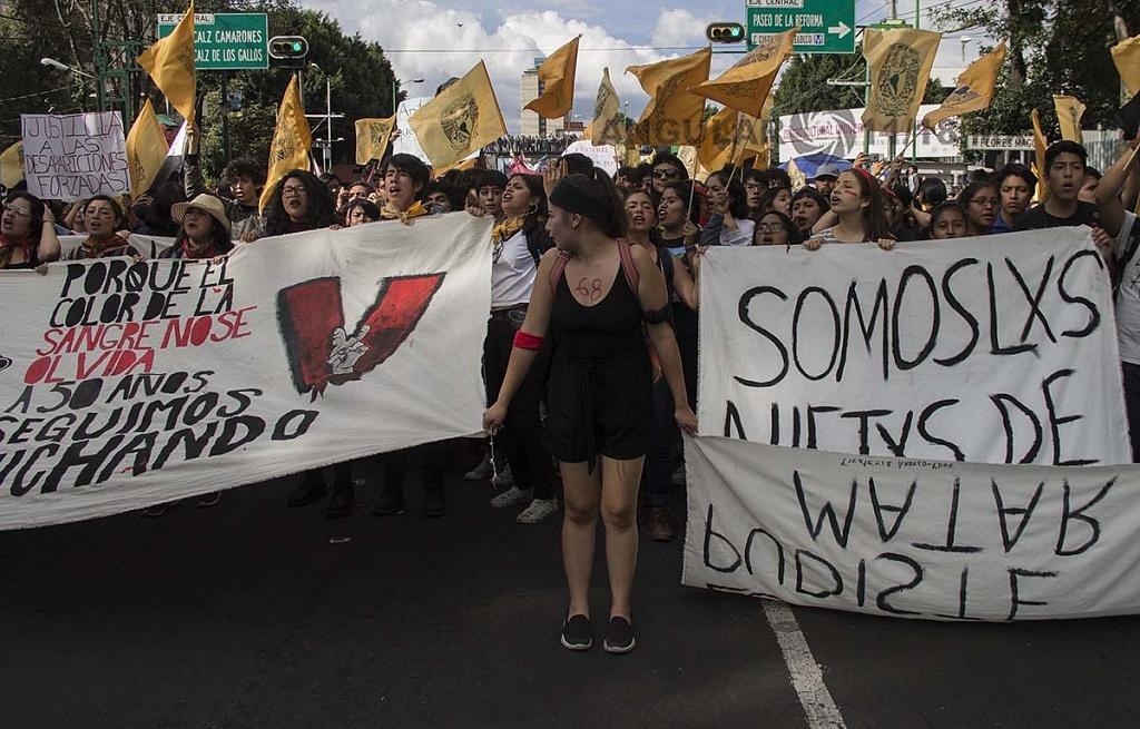estudiantes de la UNAM en la marcha conmemorativa de la masacre a estudiontes el 2 de octubre de 1968
