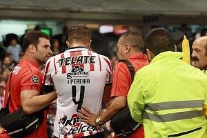 fuerte choque de cabezas entre Oribe Peralta # 24 del las Águilas y el jugador Rojiblanco, Jair Pereira # 4