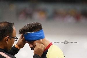 fuerte choque de cabezas entre Oribe Peralta # 24 del las Águilas y el jugador, Rojiblanco Jair Pereira # 4