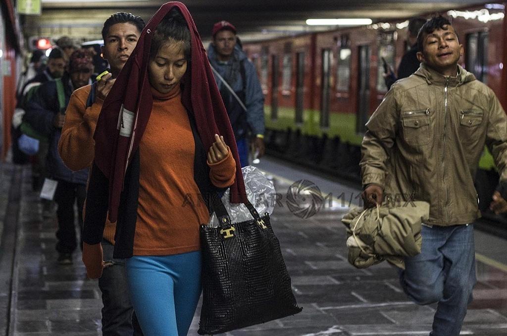 Caravana Migrante Continua su Marcha en el sistema de transporte colectivo Metro en la Ciudad de México,