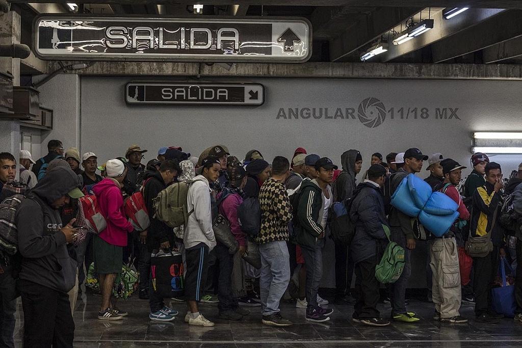 Caravana Migrante Continua su Marcha en el sistema de transporte colectivo metro en la ciudad de México