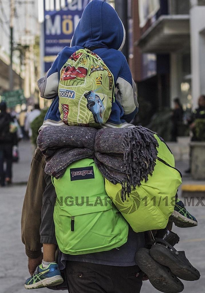 Caravana Migrante, Padre e Hijo hondureño continúan su trayecto hacia la frontera de Estados Unidos