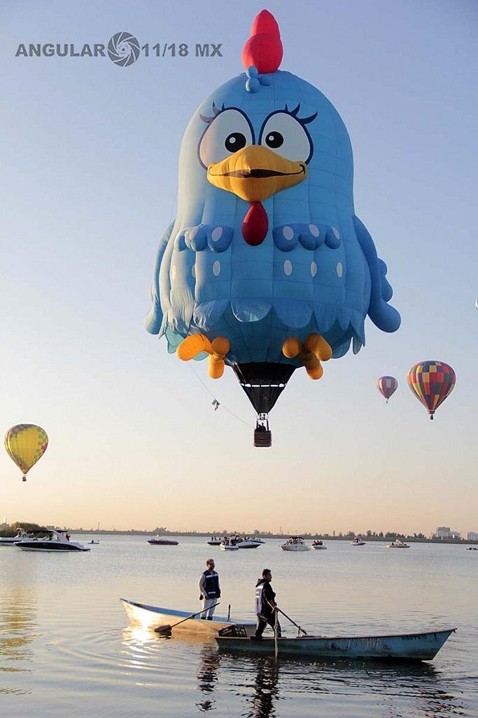 Festival Internacional del Globo 2018 León Guanajuato globo en forma de gallina color azul llamado Gallina Pintadita