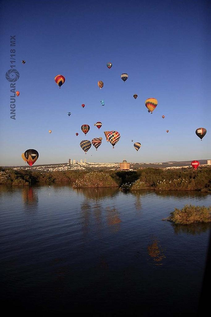 Festival Internacional del Globo 2018 León Guanajuato, globos en vuelo toma panorámica