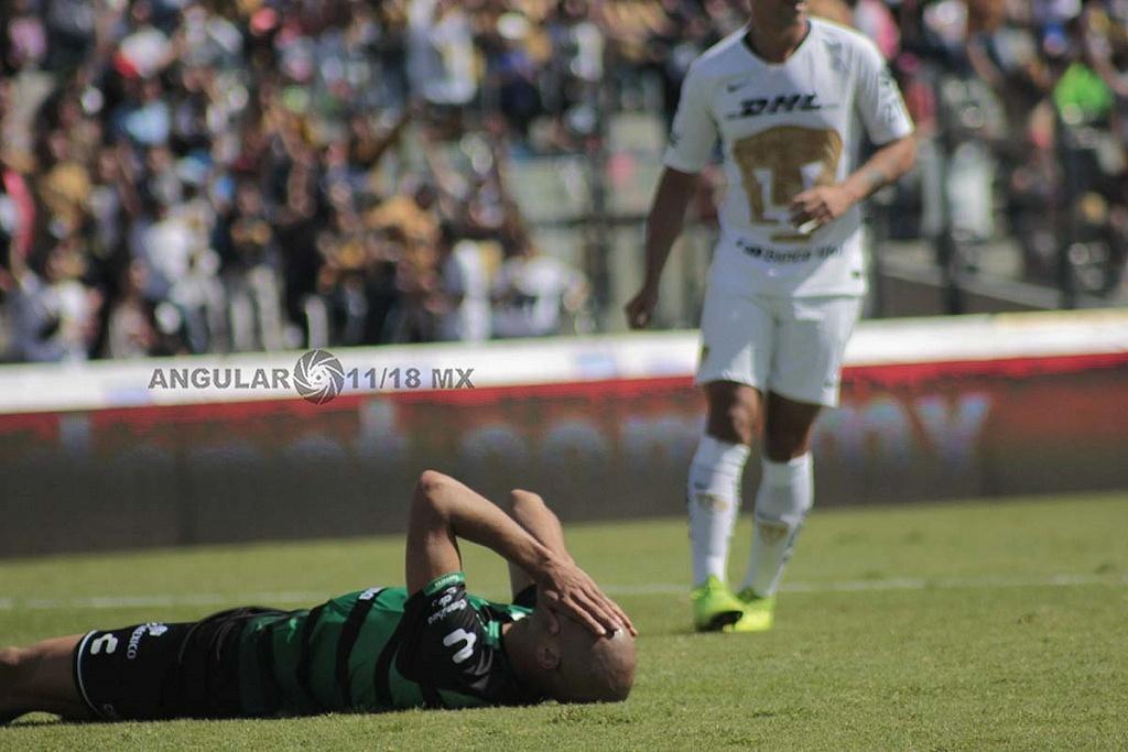 Matheus Dória defensa del equipo santos laguna despues del autogol ante pumas en la jornada 17 del apertura 2018
