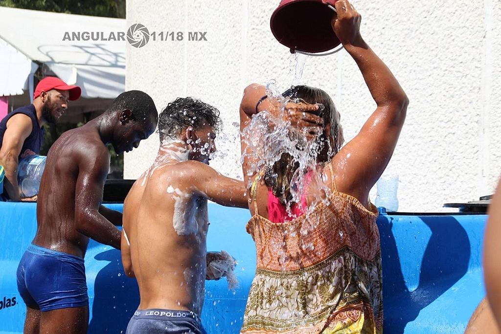 Migrantes bañándose en el campamento instalado en el estadio Jesús Martínez Palillo ciudad de México