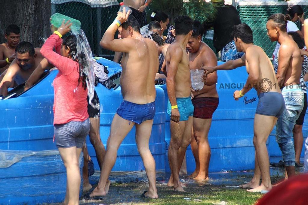 Migrantes bañándose en el campamento instalado en el estadio Jesús Martínez Palillo en la ciudad de México