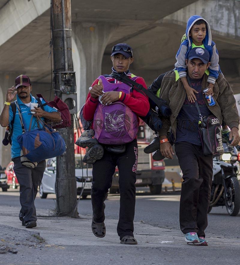 Migrantes de Honduras continuan su camino hacia la frontera de Estados Unidos