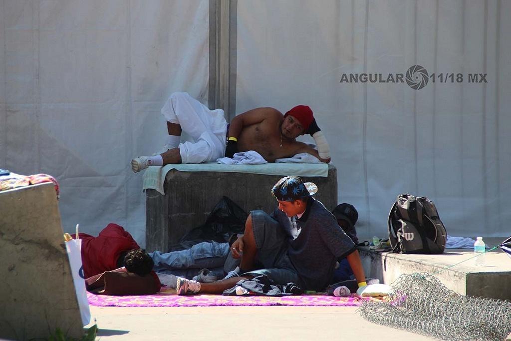 Migrantes en el campamento instalado en el estadio Jesús Martínez Palillo en la ciudad de México,