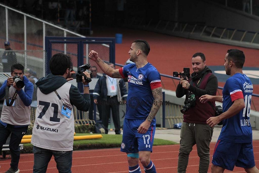 festejo del gol de Edgar Mendez de Cruz Azul frente a pumas en la jornada 15 del apertura 2018