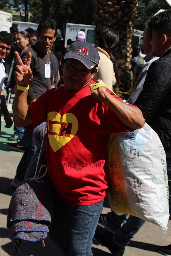 migrantes arribando al campamento instalado en el estadio Jesús Martínez Palillo ciudad de México