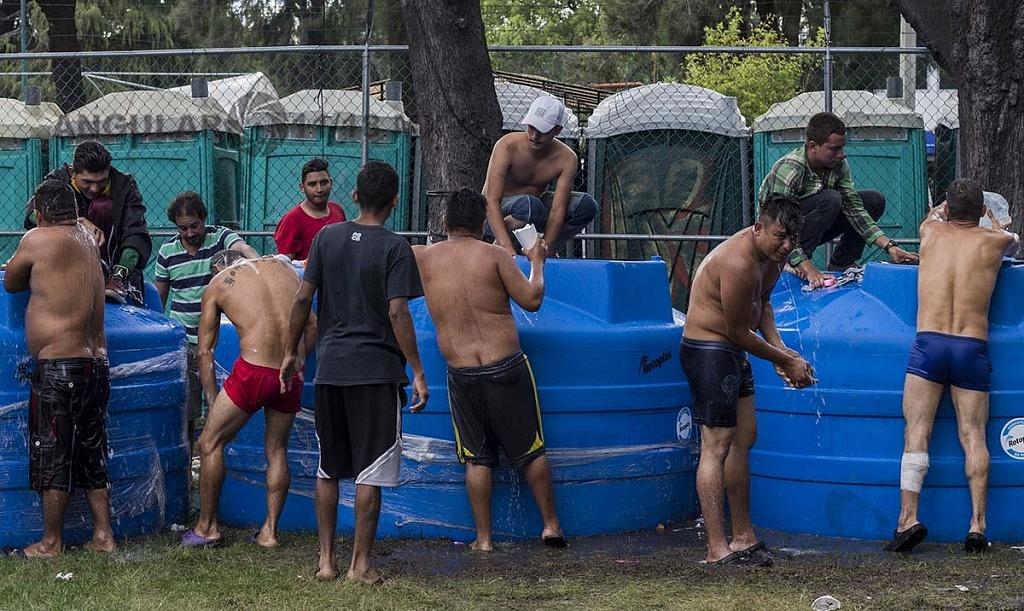 migrantes bañandose en el campamento instalado en el Estadio Jesús Martínez Palillo, de la Ciudad Deportiva