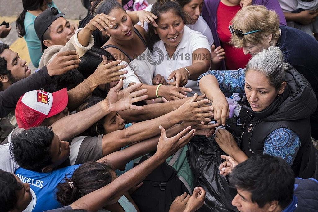 migrantes recibiendo ayuda en el campamento instalado en el Estadio Jesús Martínez Palillo de la Ciudad Deportiva