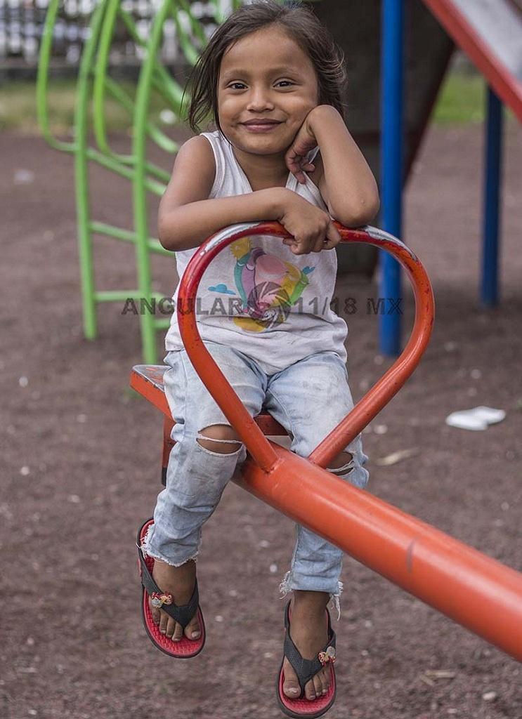 niña migrante jugando en un juego en el campamento instalado en el Estadio Jesús Martínez Palillo, de la Ciudad Deportiva