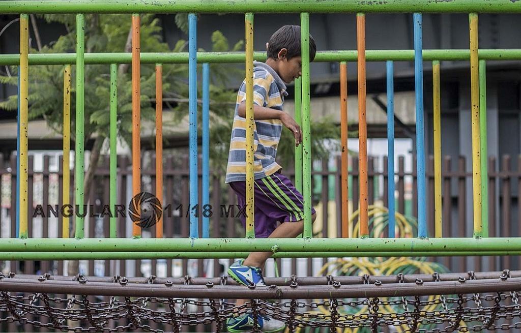 niño migrante jugando en el campamento instalado en el Estadio Jesús Martínez Palillo, de la Ciudad Deportiva