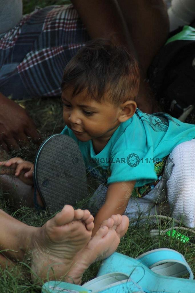 niño migrantes con su familia en el campamento instalado en el estadio Jesús Martínez Palillo en la ciudad de México