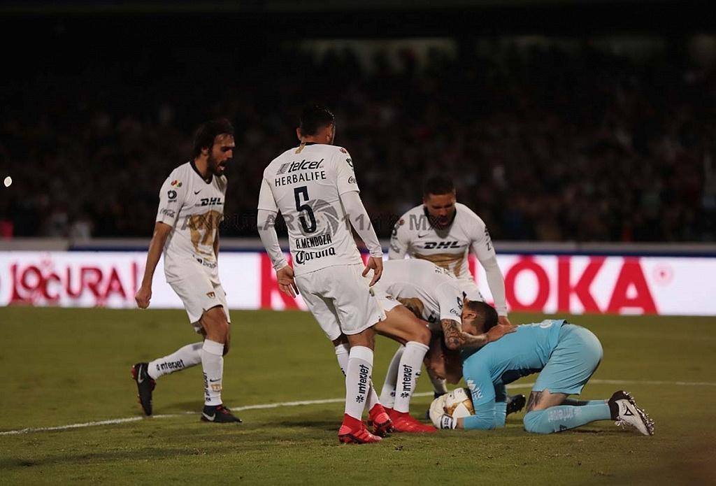 Alfredo Saldívar portero de pumas en jugada despues de detener el penalti frente al América en la semifinal frente América