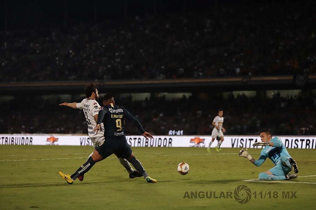 Alfredo Saldívar portero de pumas en jugada dividida en la semifinal frente América,