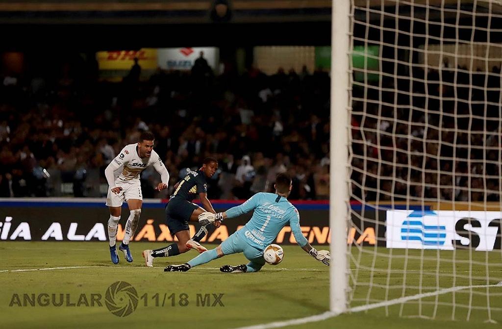 Alfredo Saldívar portero de pumas en jugada dividida en la semifinal frente América