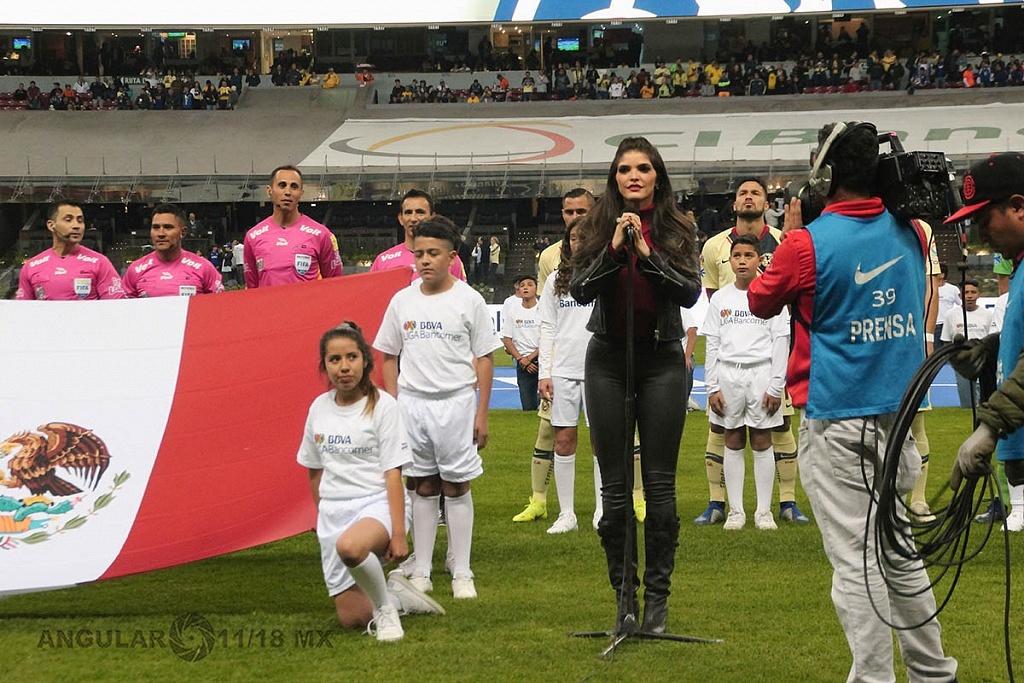 Ana Barbara cantando el himno nacional en la final partido de ida del futbol mexicano