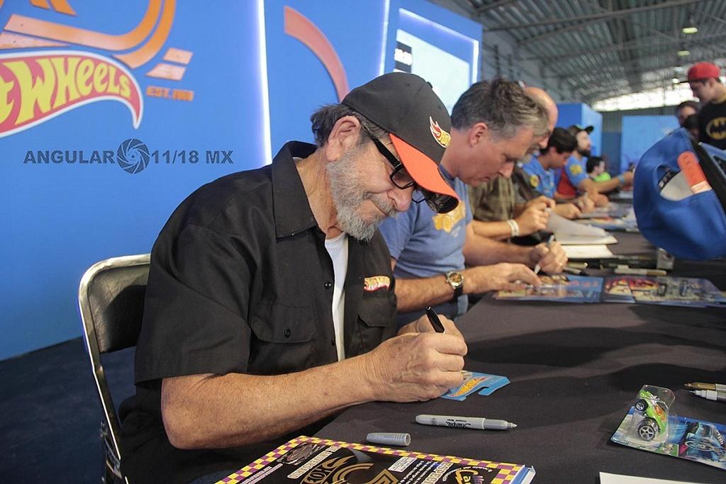 Bob Rosas diseñador de Hot Weels firmando autografos, en la 11ª edición del Salón Hot Wheels CDMX