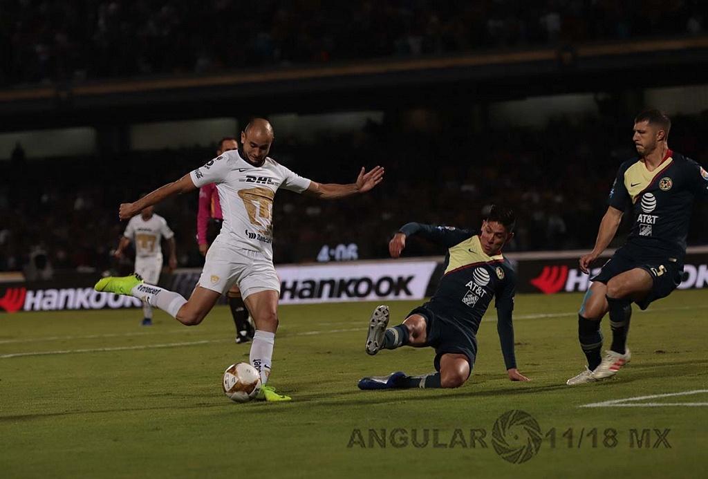 Carlos González delantero de los Pumas en jugada dividida frente a el América en la semifinal apertura 2018,