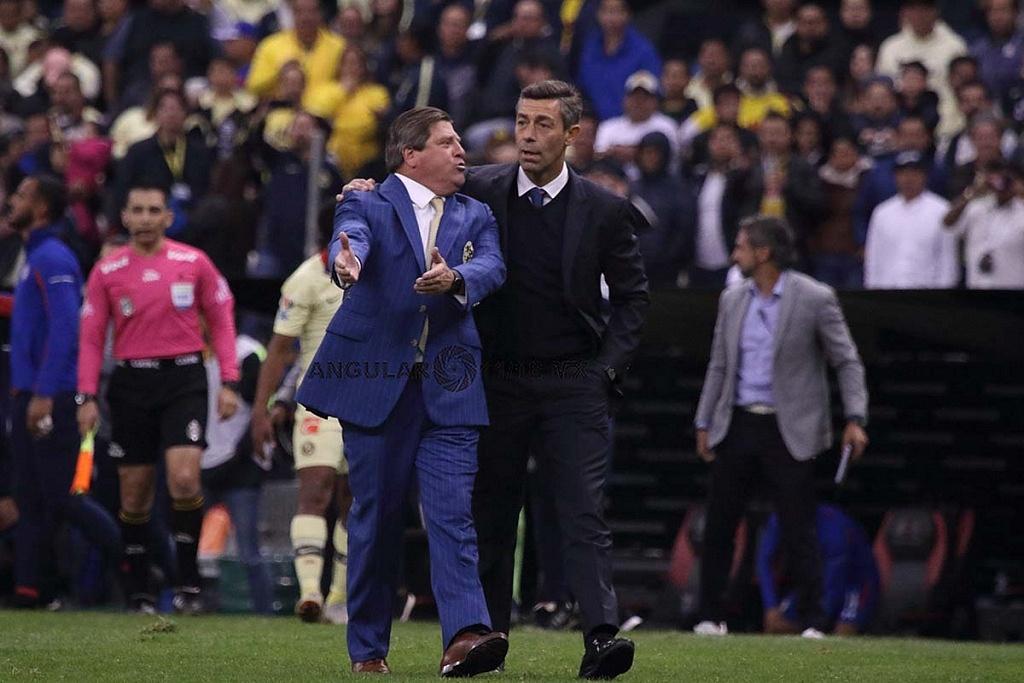 Director Técnico de Cruz Azul Pedro Caixinha y del América Miguel Herrera en el partido de ida de la final del torneo apertura 2018