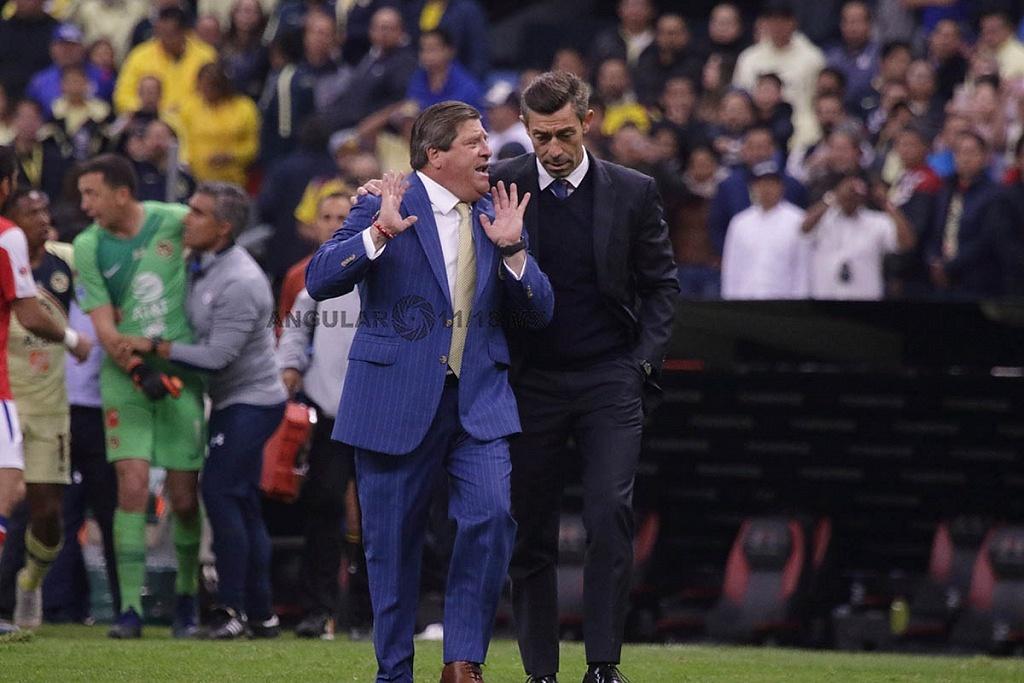 Director Técnico de Cruz Azul Pedro Caixinha y del América Miguel Herrera en el partido de ida de la final del torneo apertura 2018,