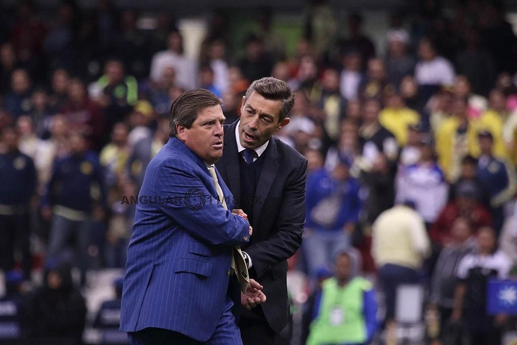 Director Técnico de Cruz Azul Pedro Caixinha y del América Miguel Herrera, en el partido de ida de la final del torneo apertura 2018
