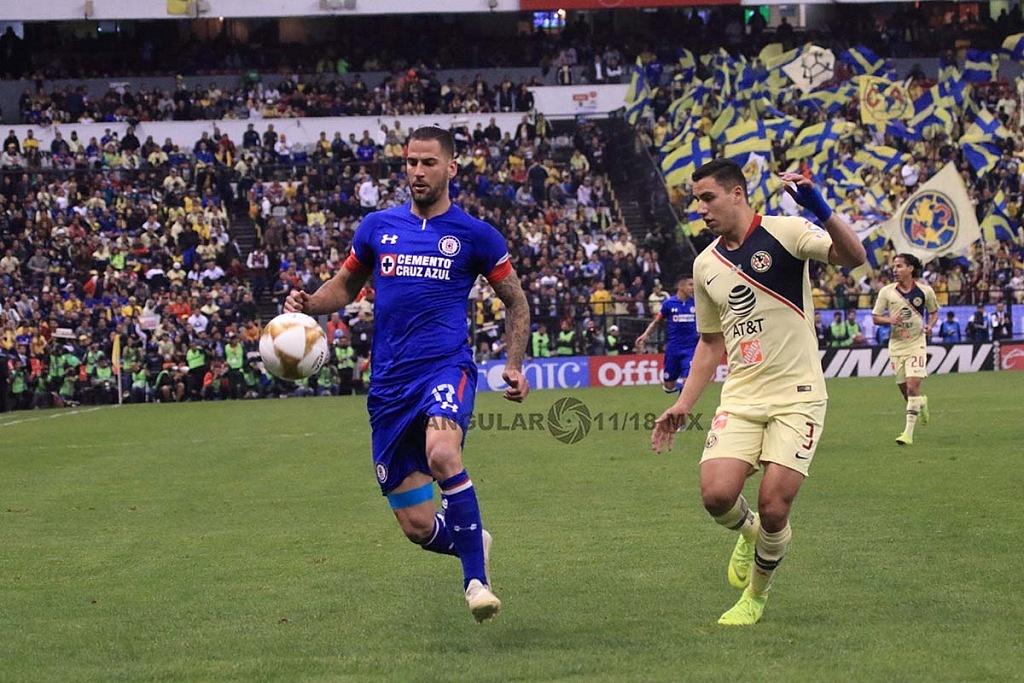 Edgar Mendez central de Cruz Azul en el partido de ida de la gran final de la Liga mx Apertura, 2018