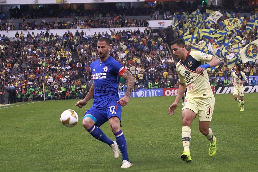 Edgar Mendez central de Cruz Azul en el partido de ida de la gran final de la Liga mx Apertura 2018