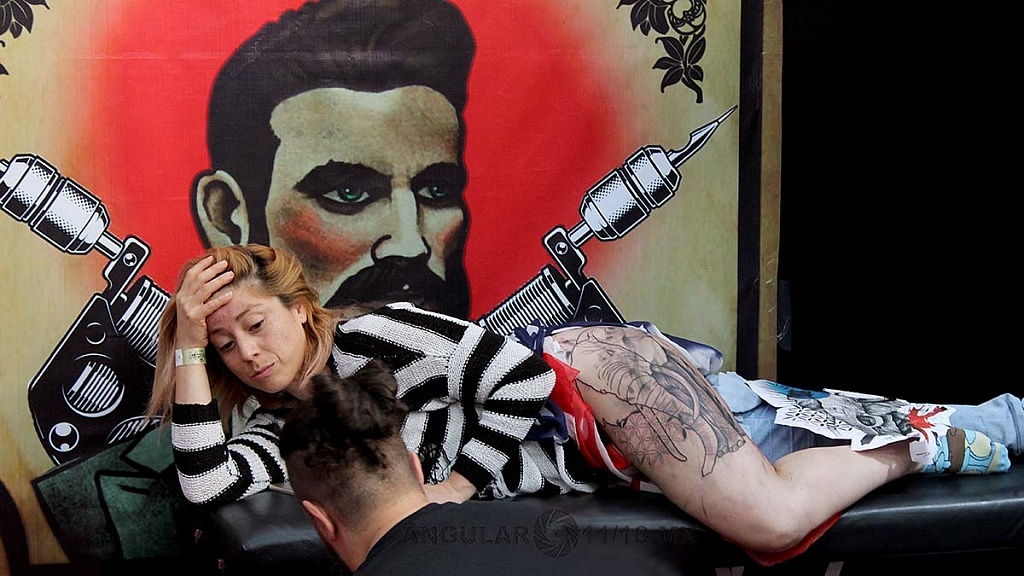 Expo Tattooarte México 2018 segunda edición, Joven realizándose un tatuaje tatuaje en la pierna
