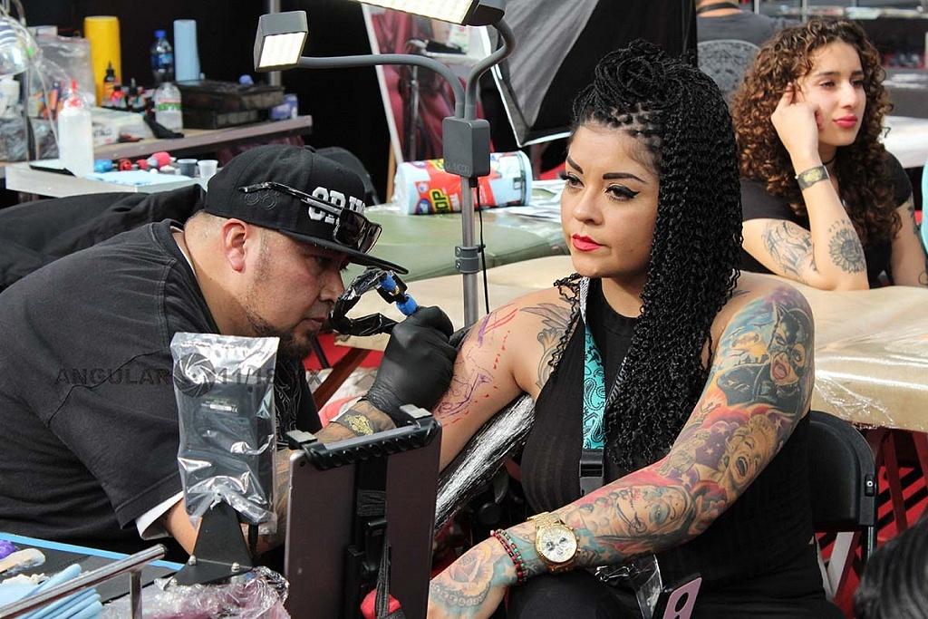 Expo Tattooarte México 2018, segunda edición, joven mujer realizándose un tatuaje en el brazo