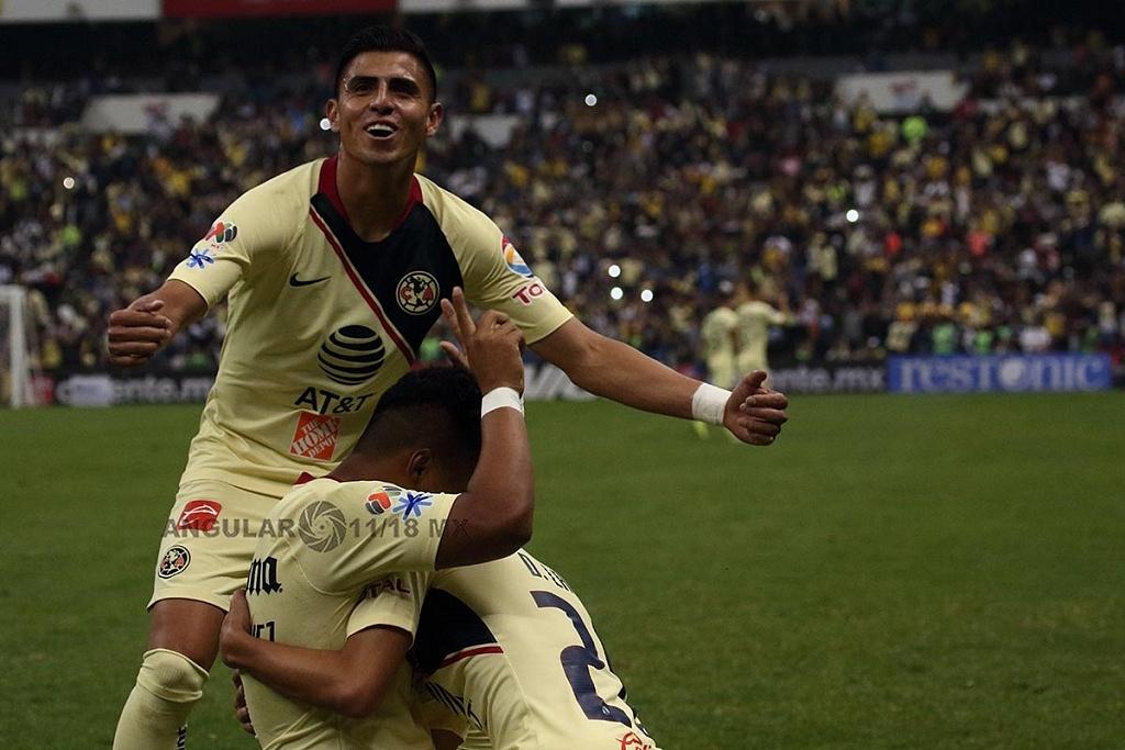Las Águilas del América festejan la goleada, a los Pumas en el partido de vuelta en la semifinal de la Liga MX Apertura 2018