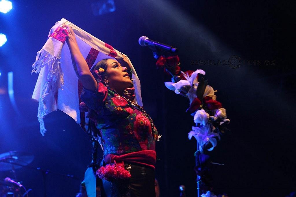 Lila Downs, en el concierto Voces de Mujeres en la plancha del Zócalo de la Ciudad de México,