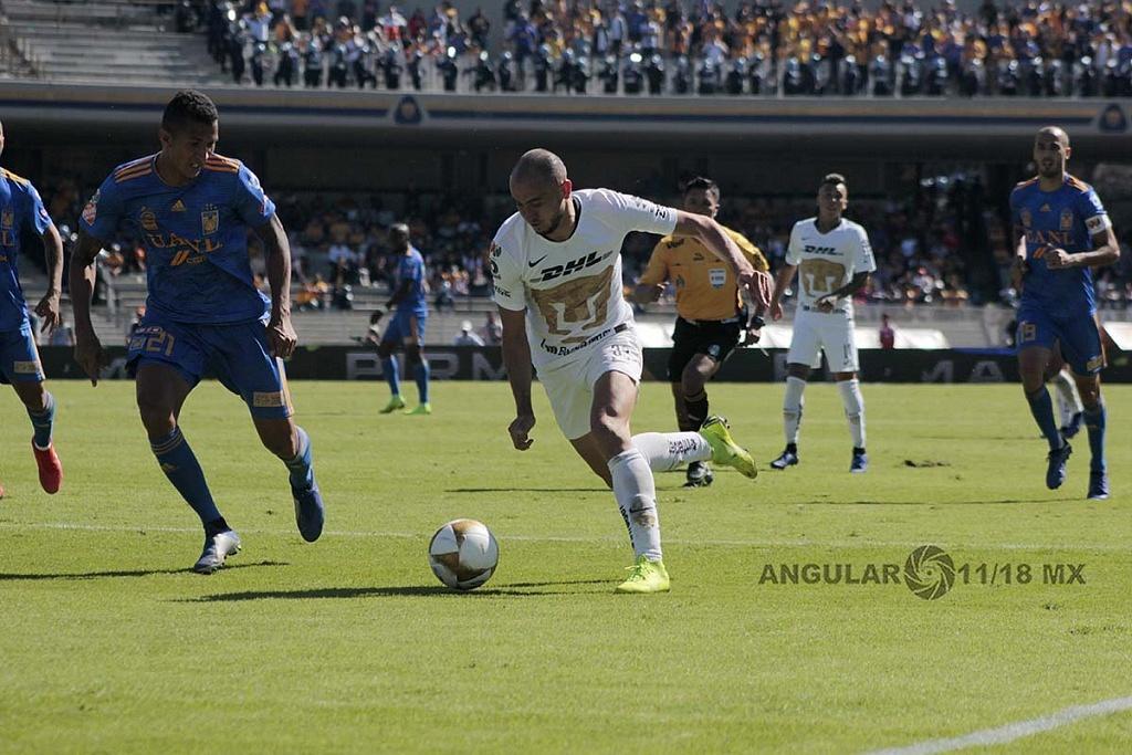 Los Pumas eliminan a Tigres y avanzan a la semifinal, jugador de Pumas Carlos Mendoza en jugada dividida,