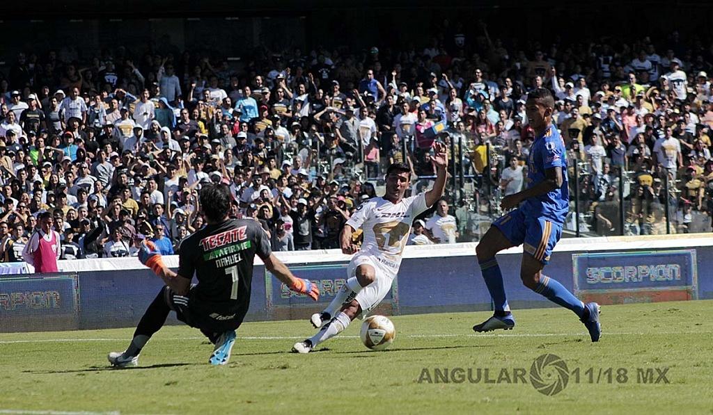 Los Pumas eliminan a Tigres y avanzan a la semifinal, jugador de Pumas Matías Alustiza en jugada dividida