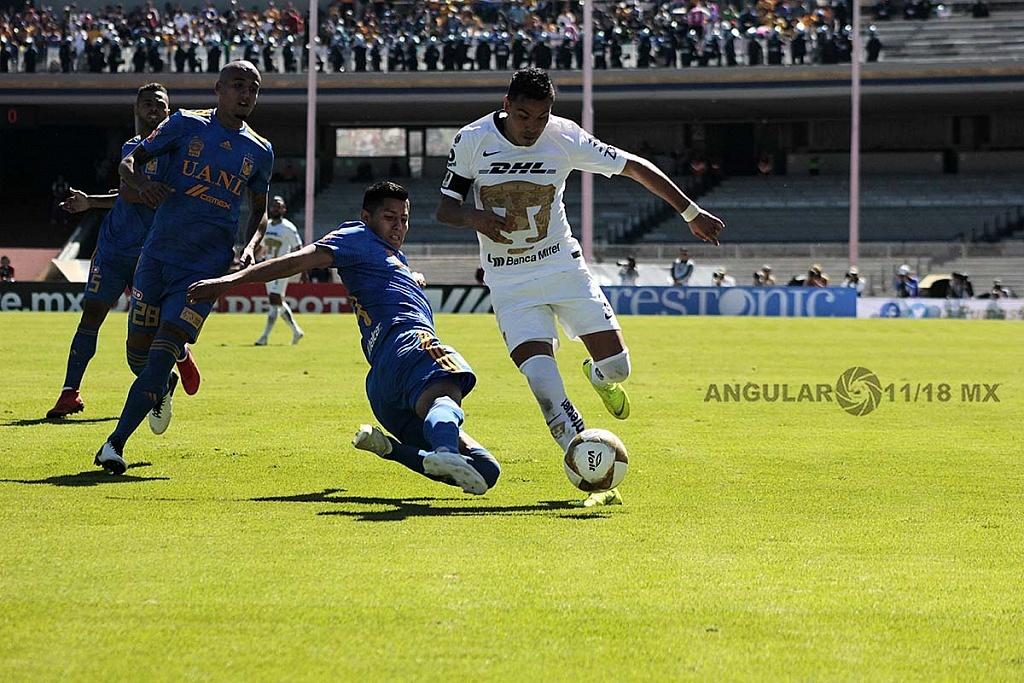 Los Pumas eliminan a Tigres y avanzan a la semifinal, jugador de Pumas Pablo Barrera en jugada dividida