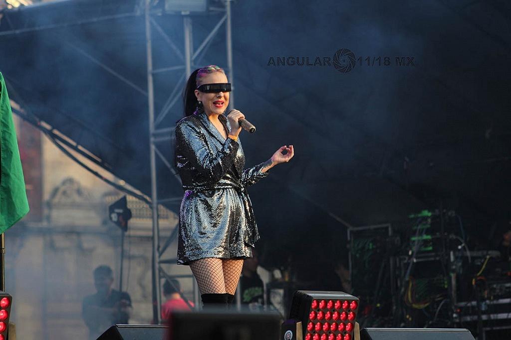 Maria Daniela en y su sonido laser en el concierto Voces de Mujeres en la plancha del Zócalo de la Ciudad de México