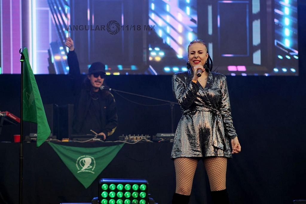 Maria Daniela en y su sonido laser en el concierto Voces de Mujeres en la plancha del Zócalo de la Ciudad de México,