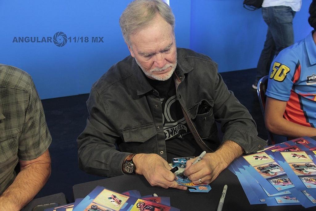 Mark Jones, diseñador de Hot Weels firmando autografos, en la 11ª edición del Salón Hot Wheels CDMX