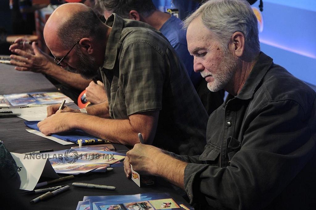 Mark Jones diseñador de Hot Weels firmando autografos, en la 11ª edición del Salón Hot Wheels CDMX
