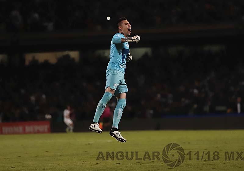 festejo del gol de Alfredo Saldívar portero de pumas en la semifinal frente América