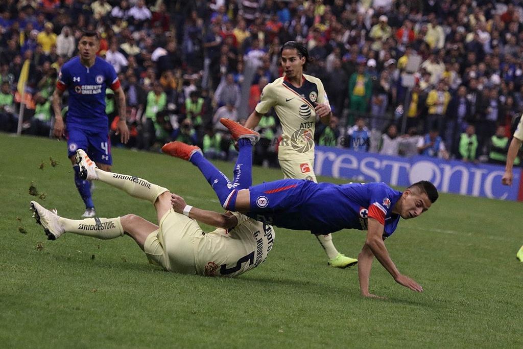 jugada dividida entre América y Cruz Azul en el partido de ida en la gran final del torneo de la liga mx apertura 2018