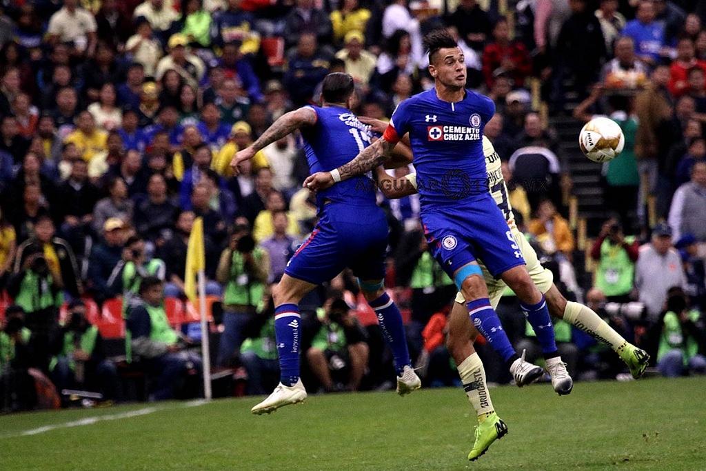 jugada dividida entre América y Cruz Azul en el partido de ida en la gran final del torneo de la liga mx apertura 2018,